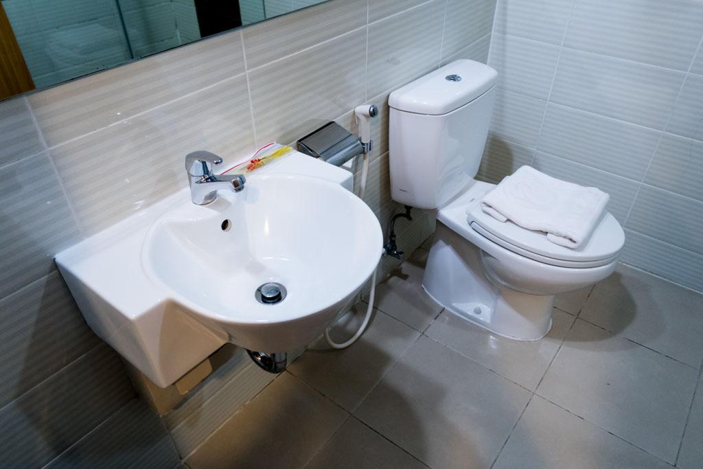 d'Prima Jakarta Airport Bathroom