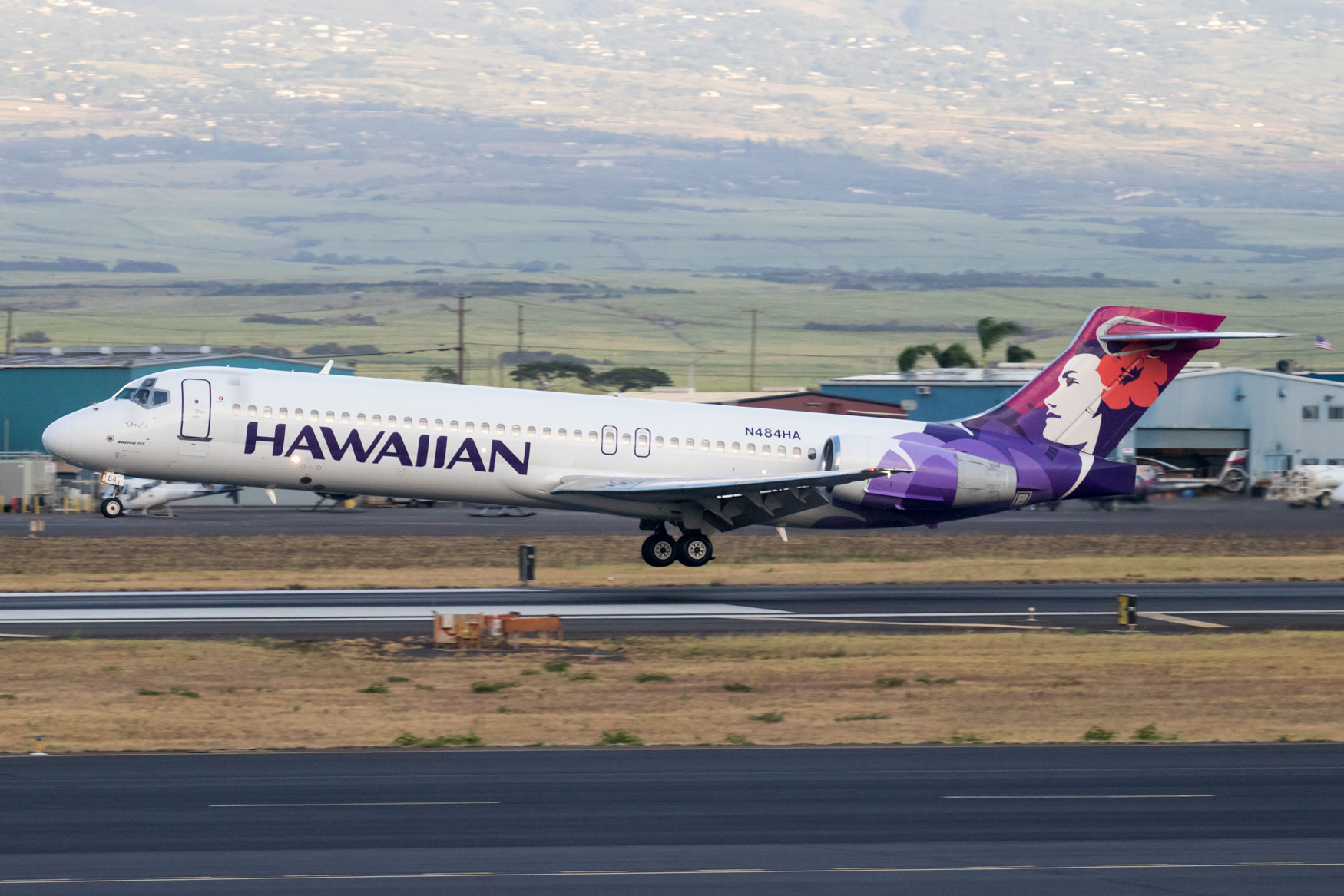 Hawaiian Airlines 717-200 Landing at Kahului