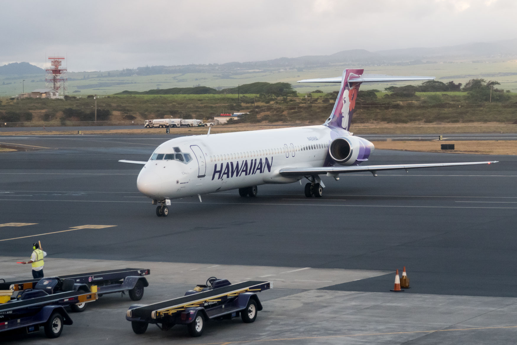 Hawaiian Airlines Boeing 717 Arriving at Gate