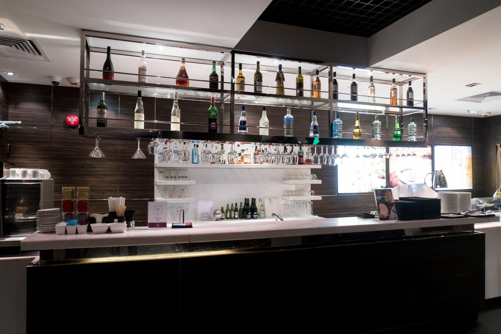 Plaza Premium Lounge Hong Kong Arrival Hall Bar