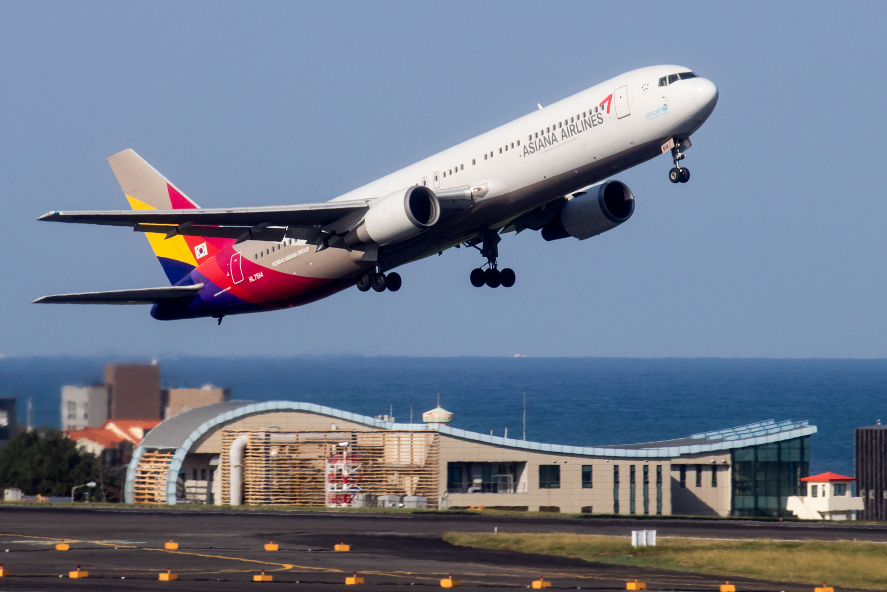 Asiana Airlines 767-300