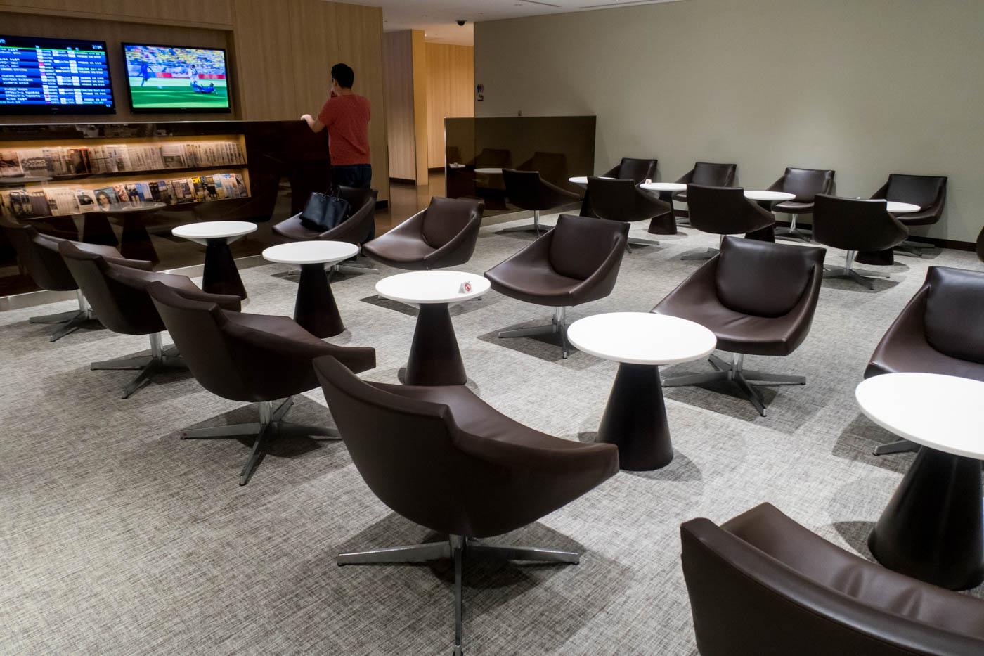 Seating in JAL Sakura Lounge Haneda International