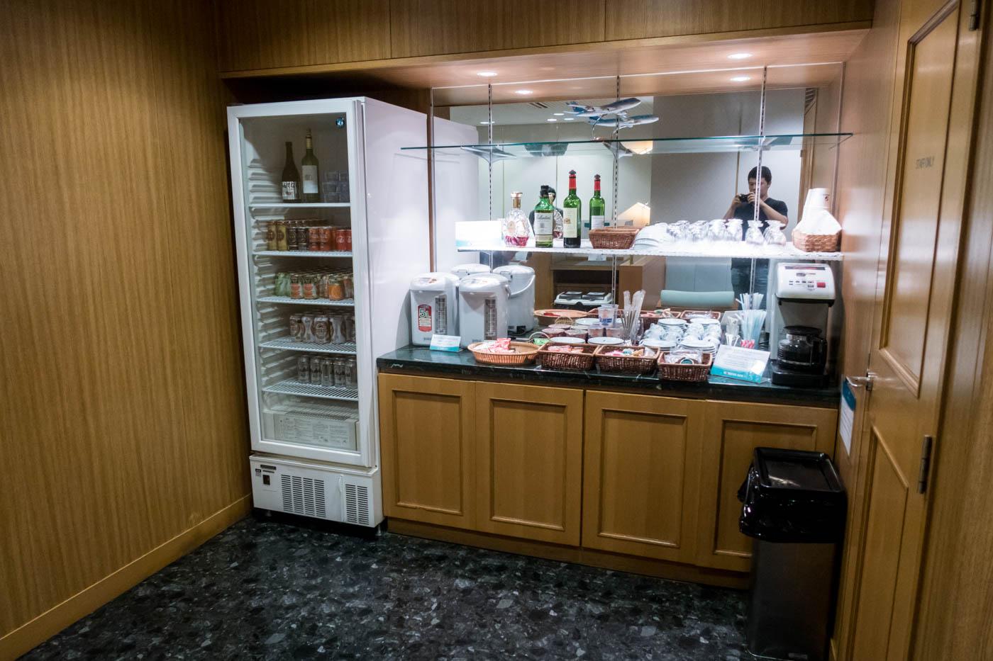 KAL Lounge Fukuoka Drinks and Food