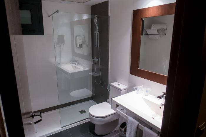 Hotel Tach Madrid Airport Bathroom