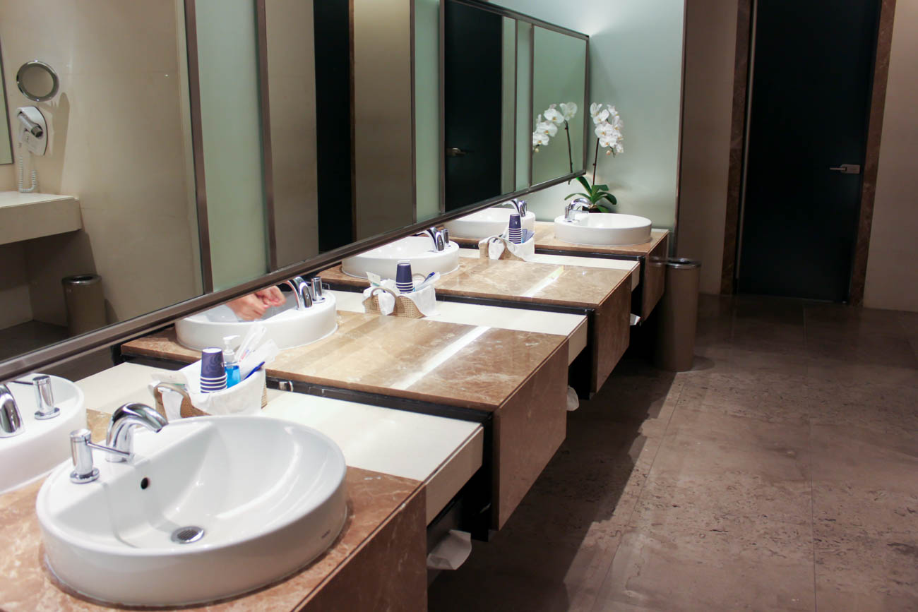 Singapore Airlines SilverKris Business Class Lounge Bathroom