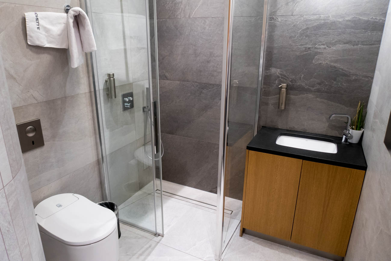 LOT Business Lounge Mazurek Warsaw Shower