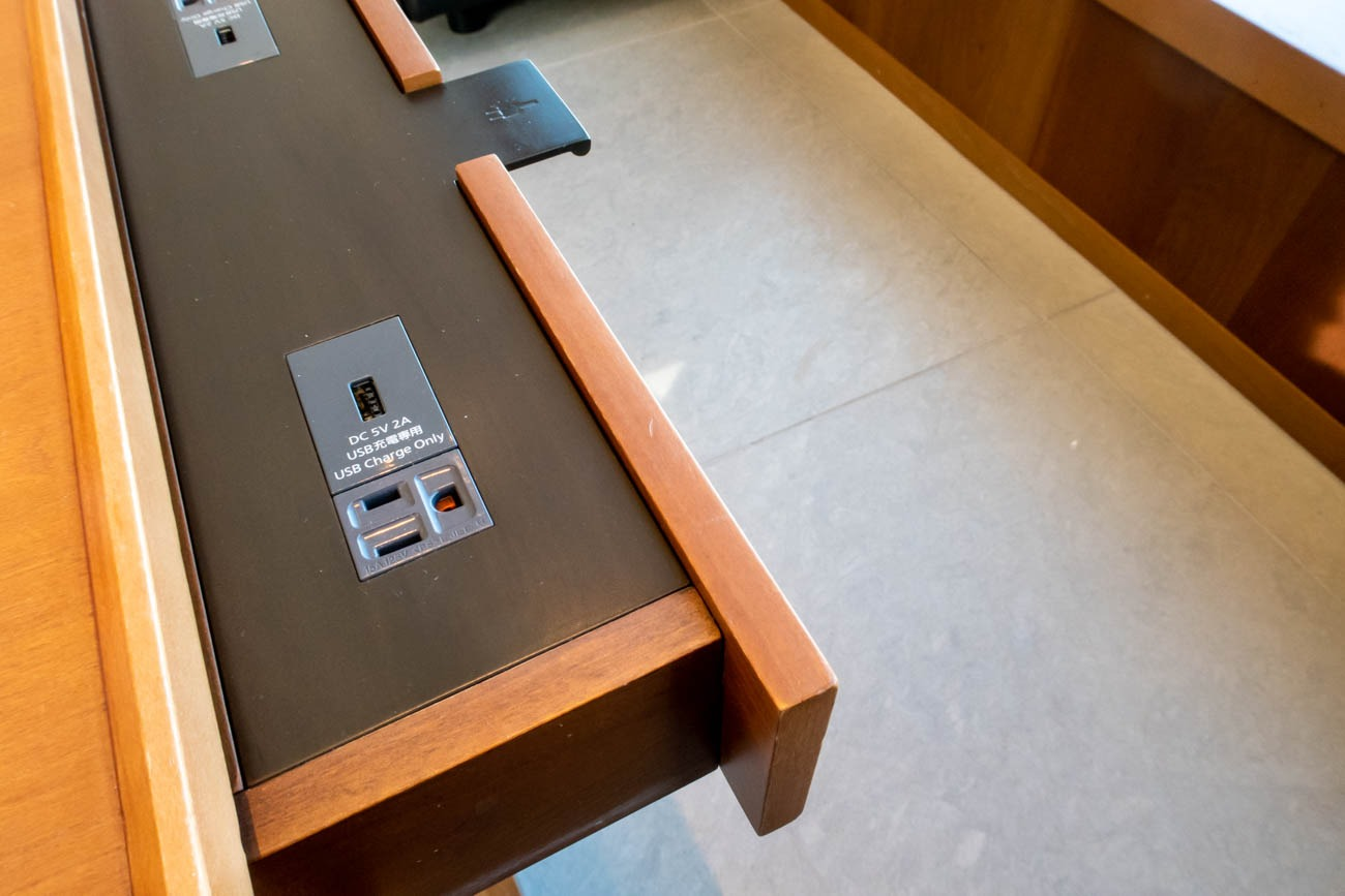 Cathay Pacific Lounge Tokyo Haneda Power Outlets