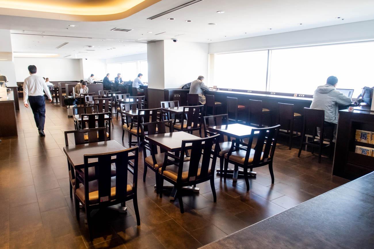JAL Diamond Premier Lounge Haneda Drinks and Snacks Area